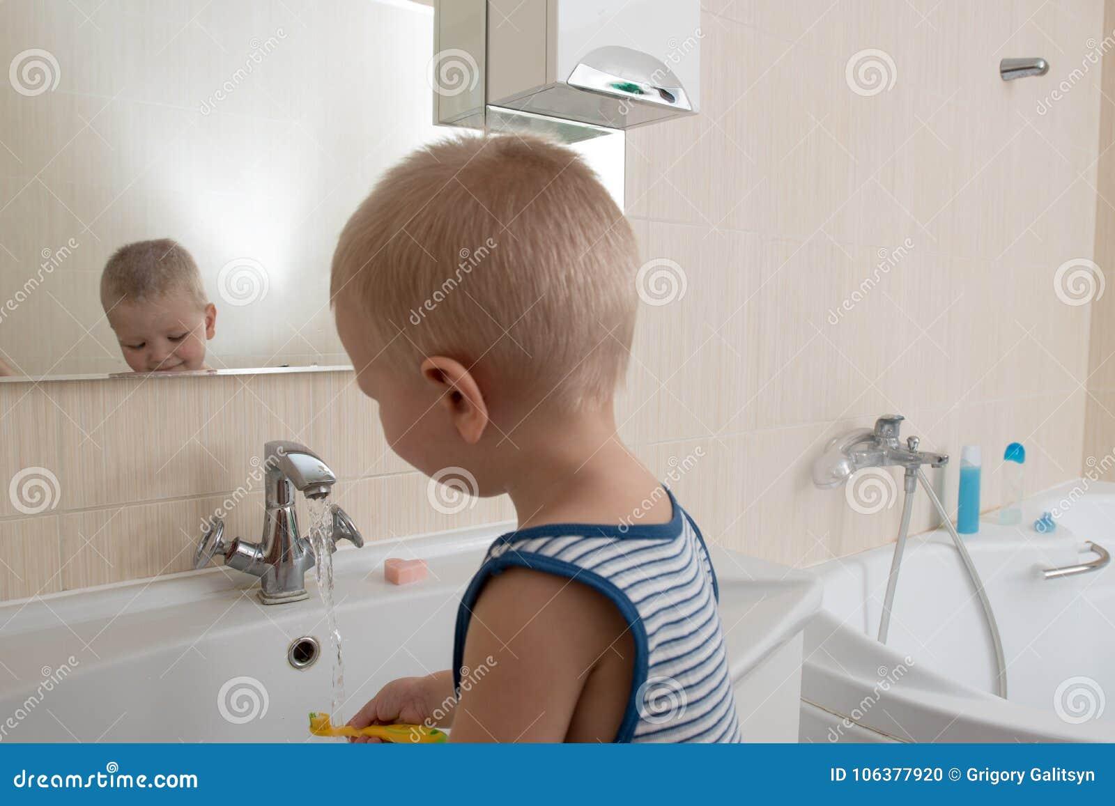 Glücklicher Junge, Der Bad Im Spülbecken Nimmt Kind, Das Mit ...