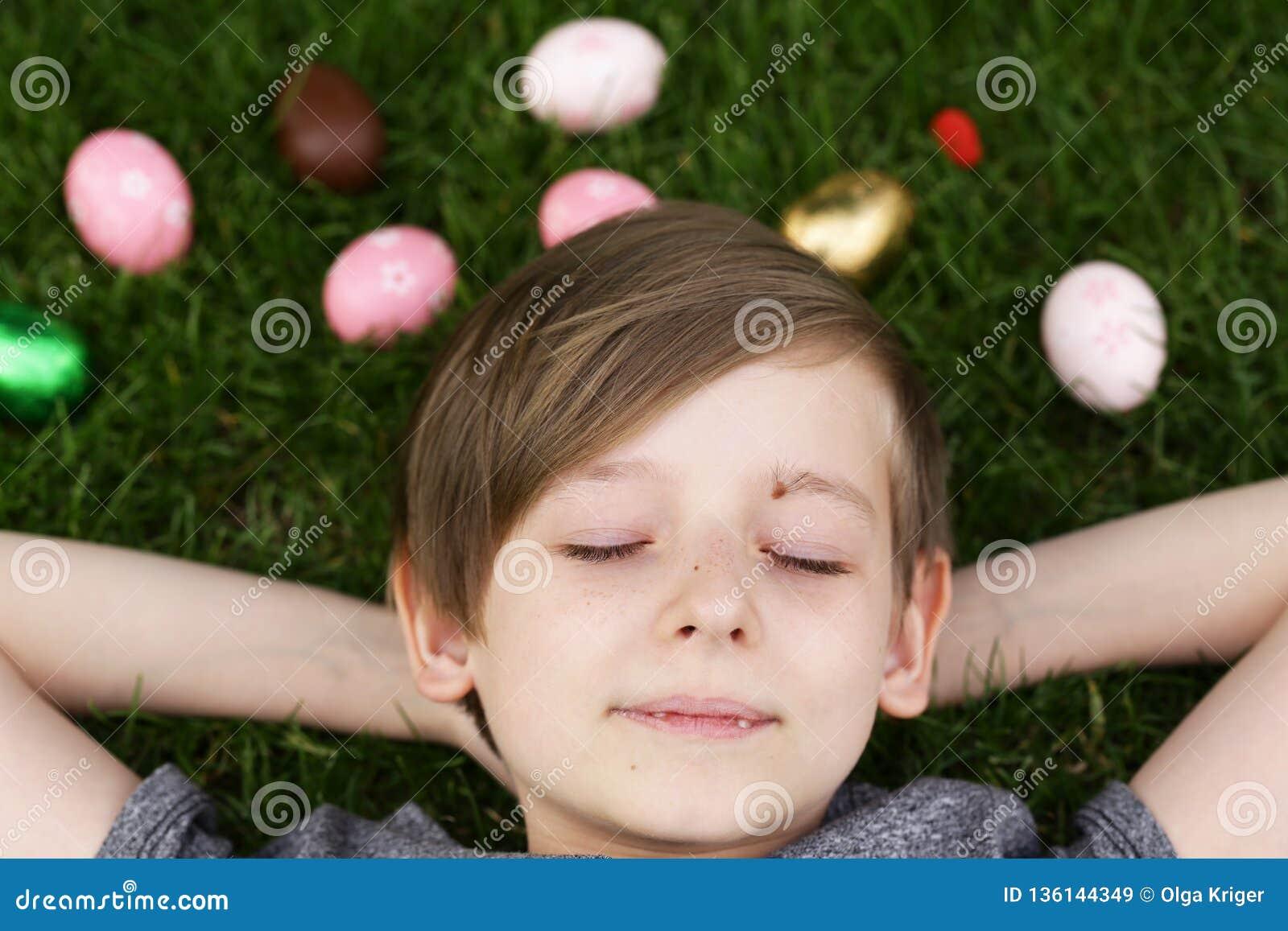 Glücklicher Junge mit festlichen Ostereiern