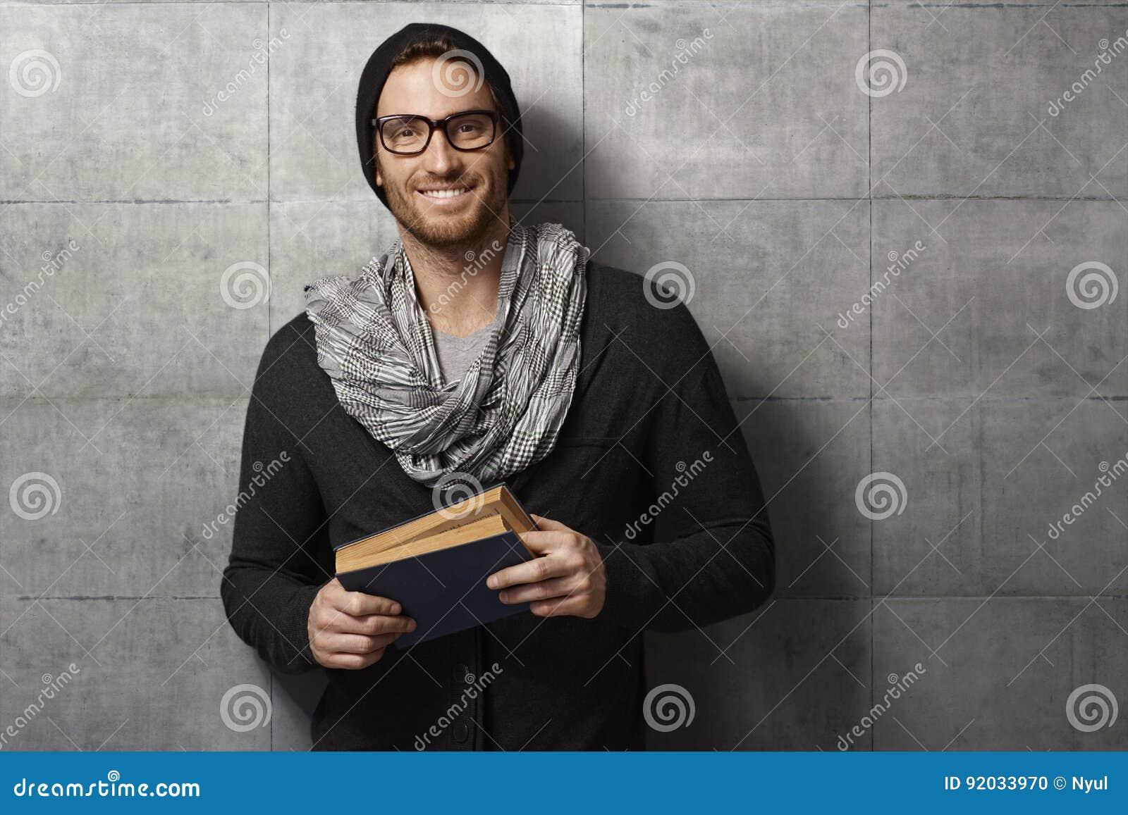 Glücklicher junger Mann mit Buch