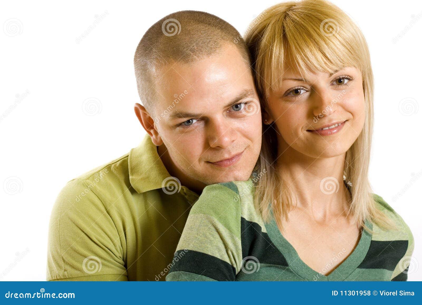 Glücklicher junger Mann und Frau, die zusammen steht