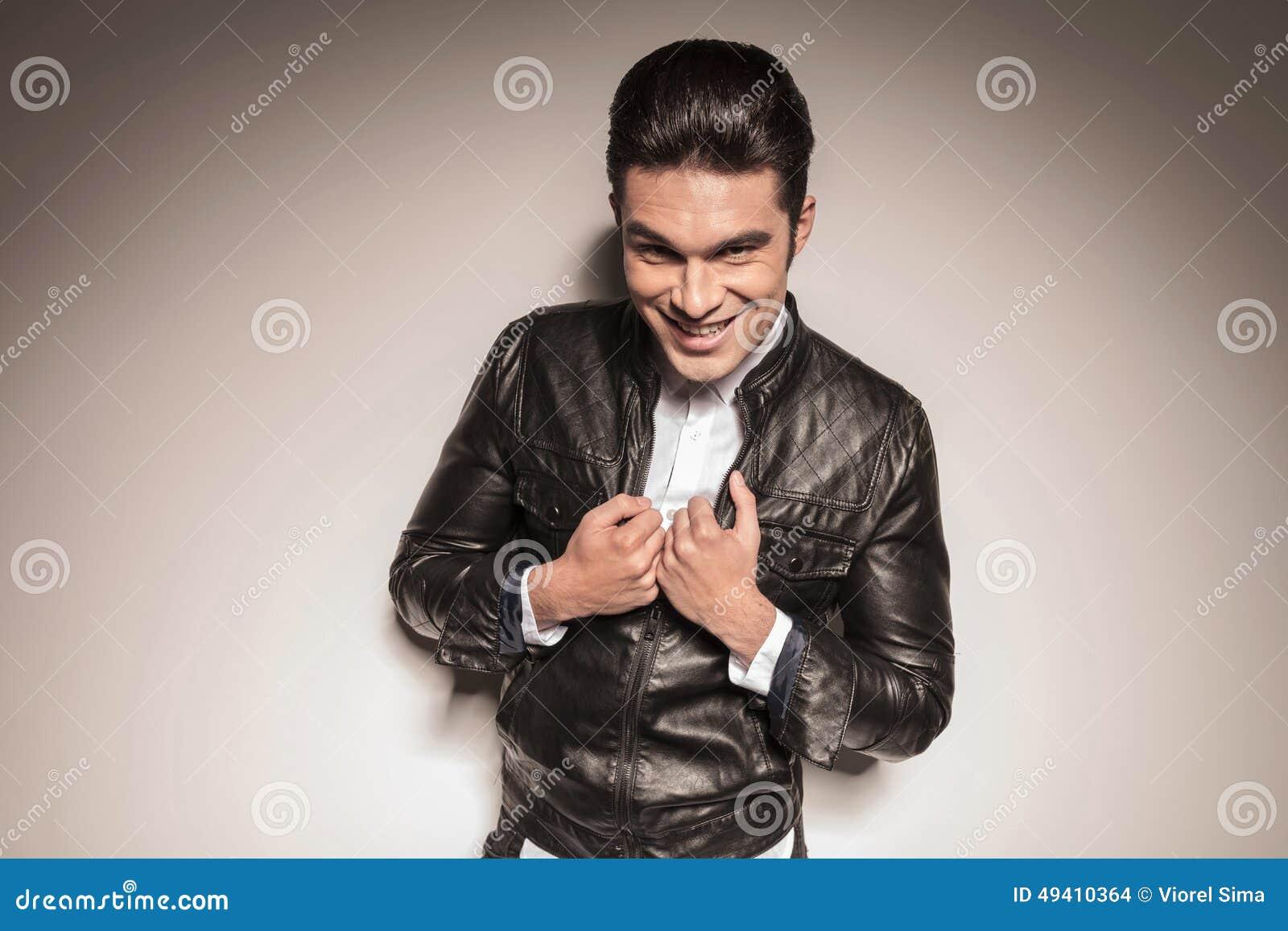Download Glücklicher Junger Zufälliger Mann, Der Seine Lederjacke Repariert Stockfoto - Bild von mann, jacke: 49410364