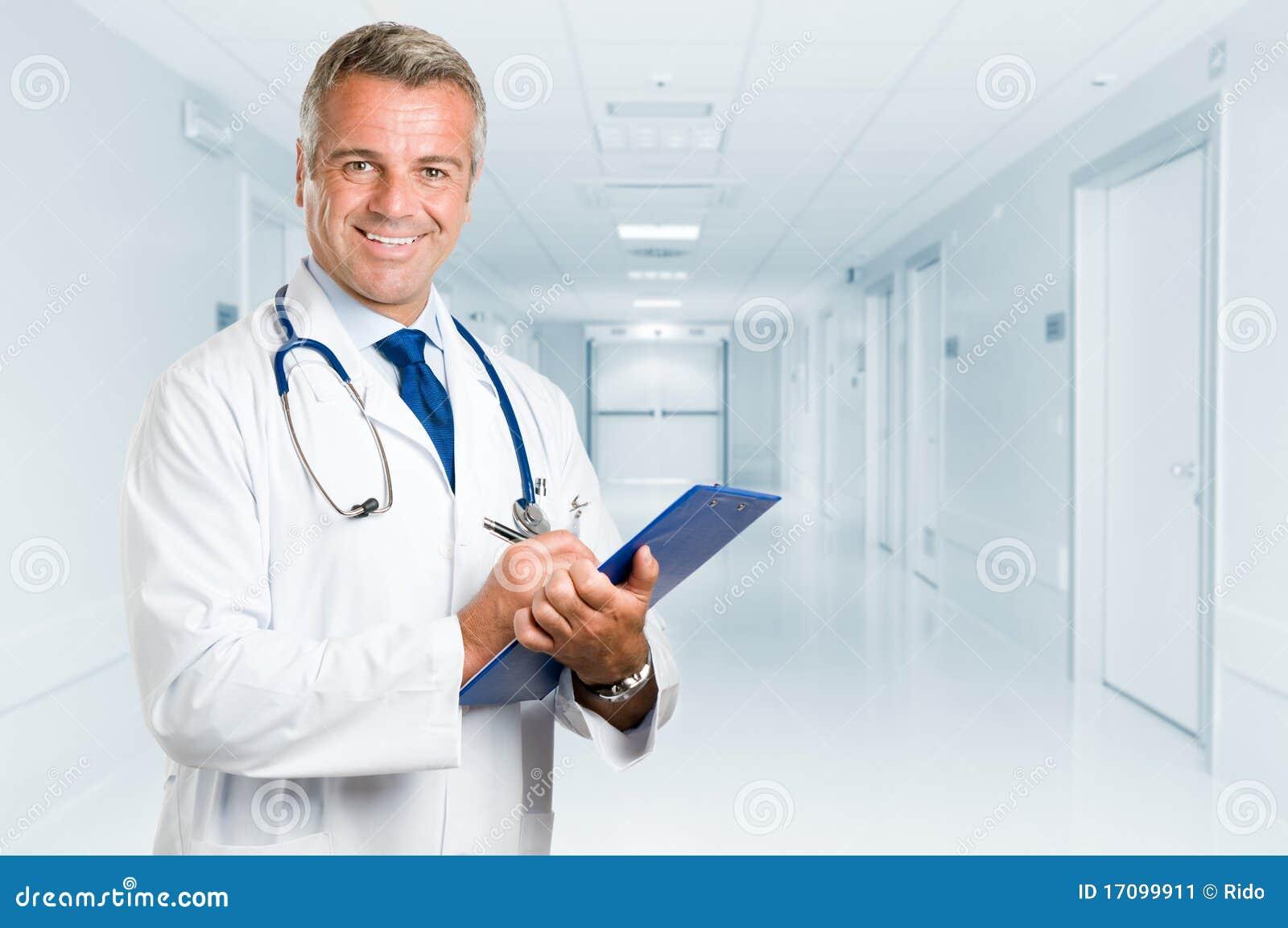 Glücklicher lächelnder fälliger Doktor