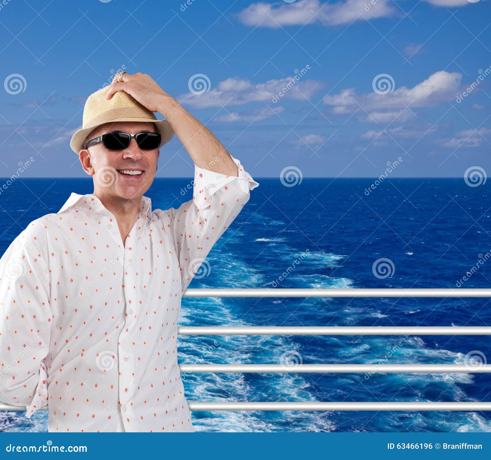 Glücklicher Mann auf einer Kreuzfahrt