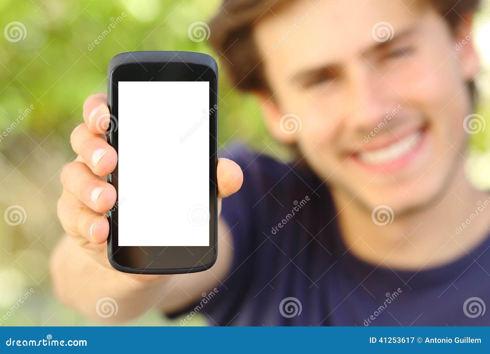 Glücklicher Mann, der einen leeren Handyschirm im Freien zeigt