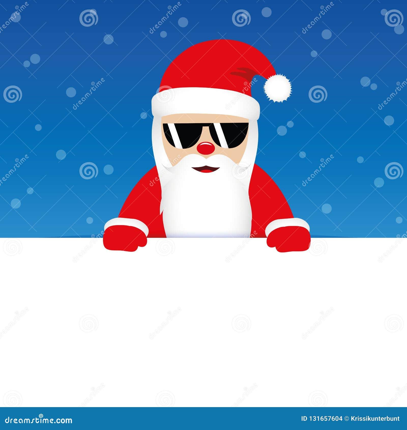 Glücklicher netter Weihnachtsmann mit Sonnenbrille auf blauem schneebedecktem Hintergrund