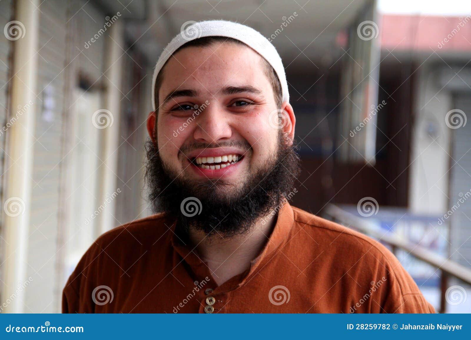 Glücklicher südasiatischer junger Mann