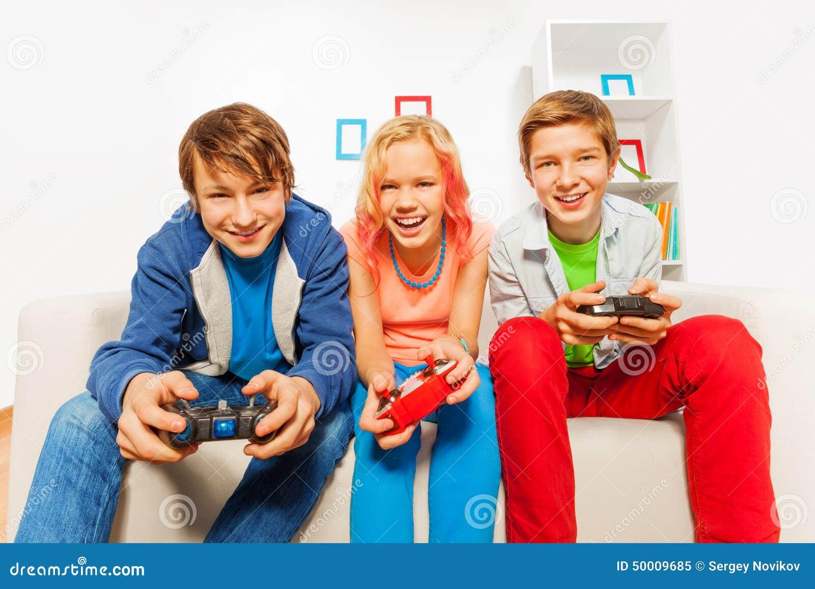 Glücklicher Teenager hält Steuerknüppel und Spielspielkonsole