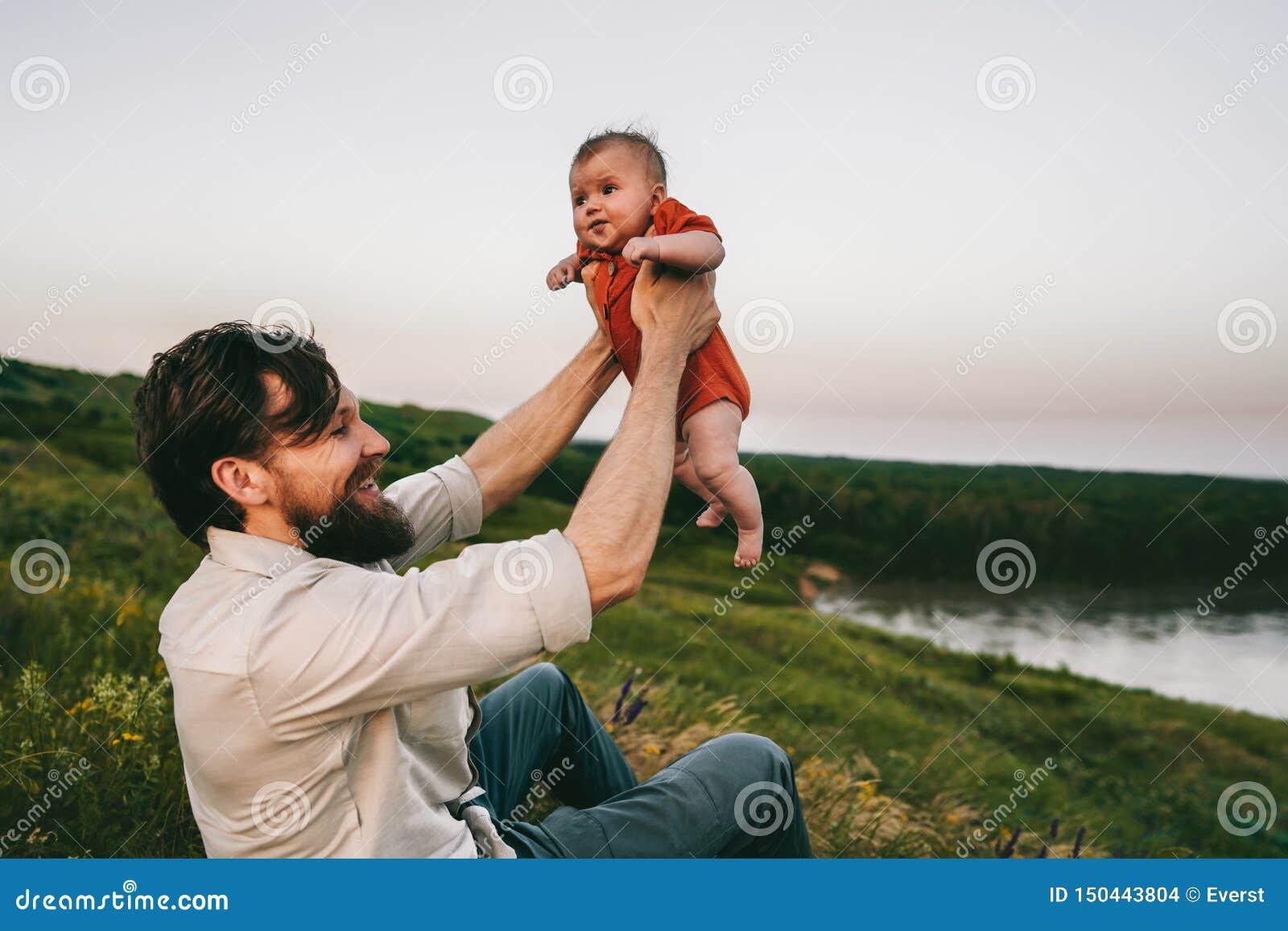 Glücklicher Vater- und Babyfreienfamilienlebensstilvati und -kind
