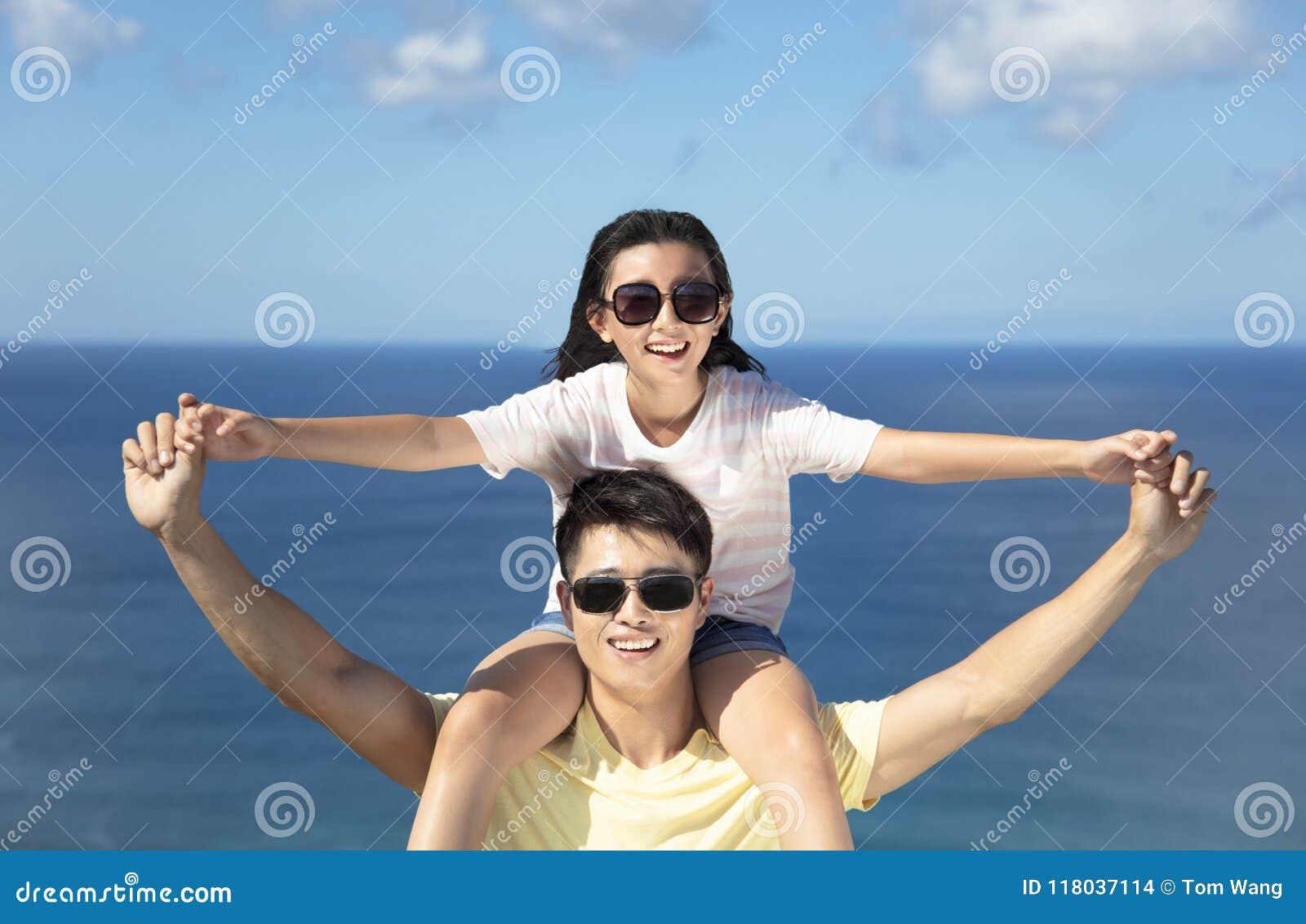 Glücklicher Vater und Tochter, die Spaß zusammen hat