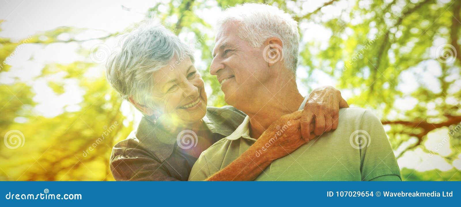 Glückliches altes Paarlächeln
