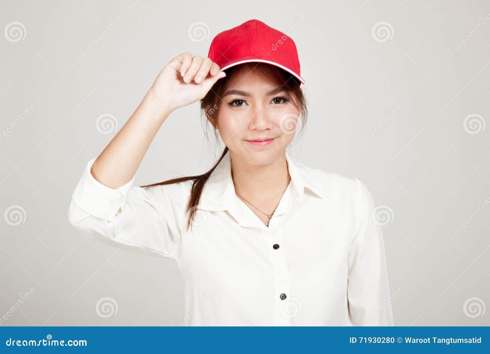 Glückliches asiatisches Mädchen mit rotem Hut