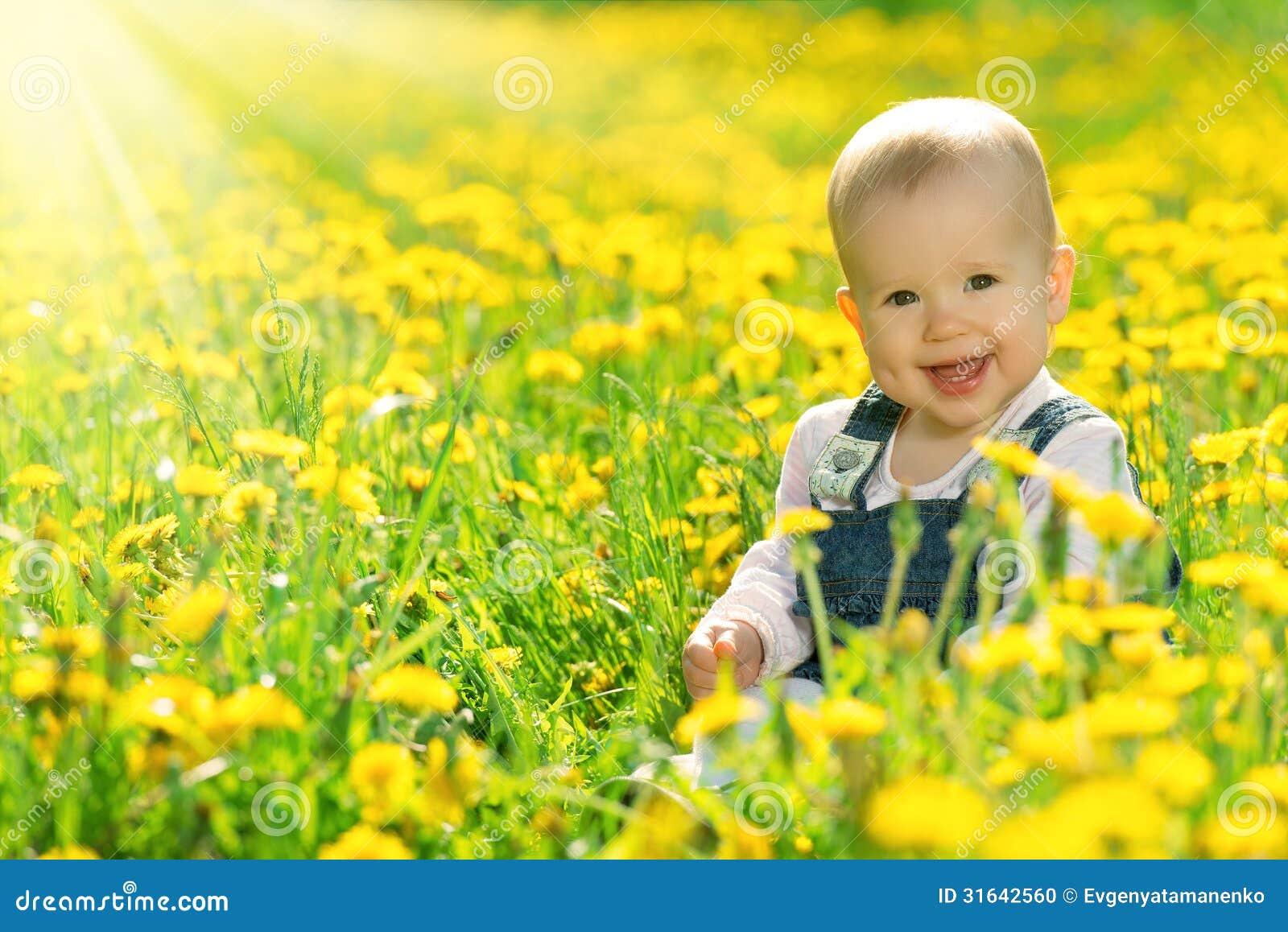 gl ckliches baby auf wiese mit gelben blumen auf der natur stockfoto bild 31642560. Black Bedroom Furniture Sets. Home Design Ideas