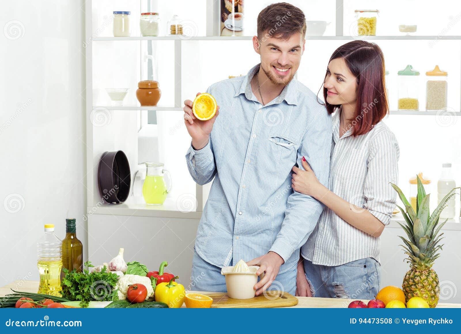 Liebe In Der Küche | Gluckliches C Ouple In Der Liebe In Der Kuche Die Gesunden Saft