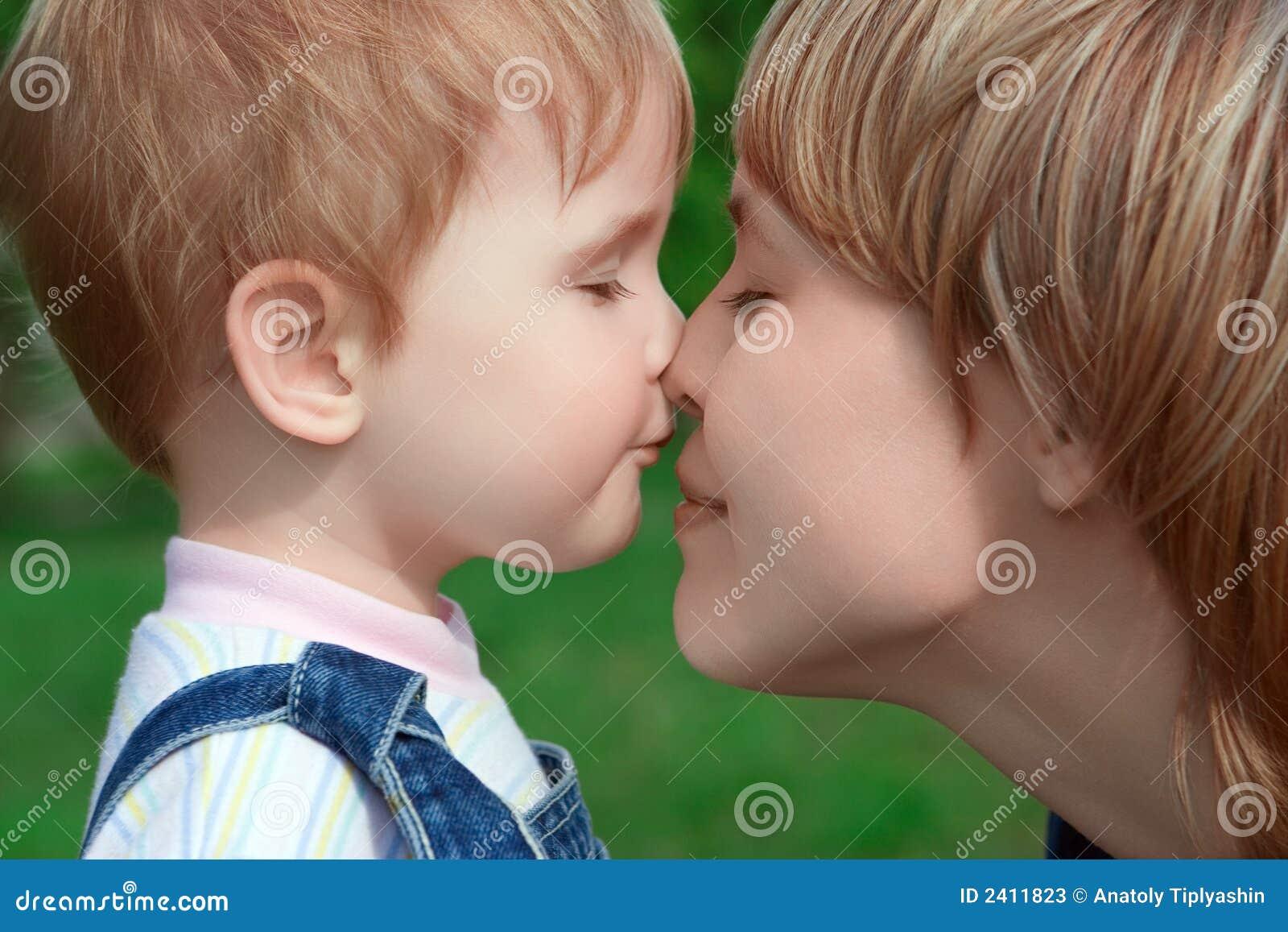 Glückliches Familienkind und -mutter