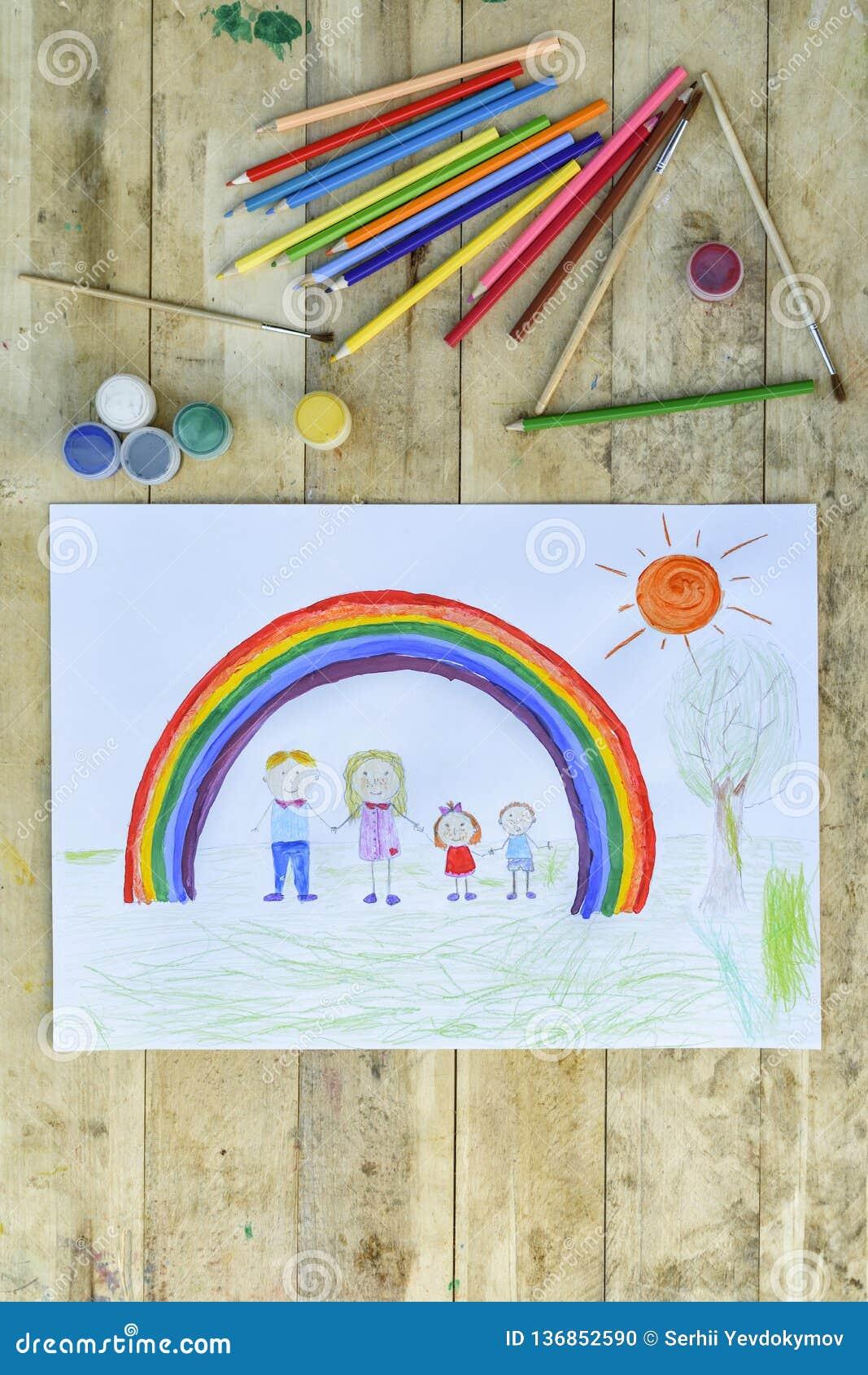 Glückliches Familienkonzept Blatt mit einem Muster auf einem Holztisch: Eltern und Kinder halten Hände gegen Hintergrund des Rege