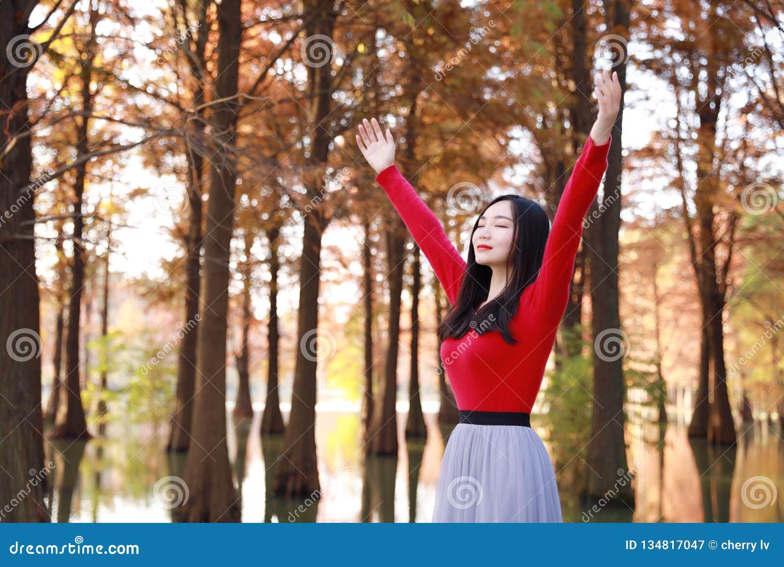 Glückliches Frauengefühl der Freiheit frei in einer Herbstnaturluft