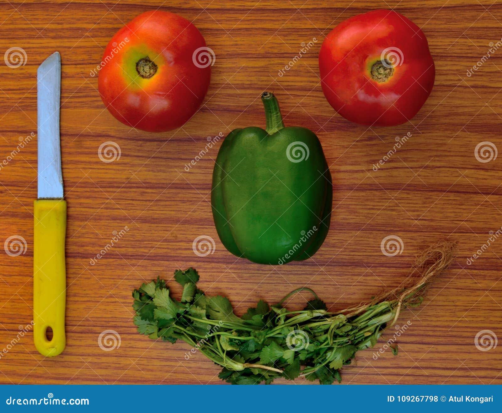 Glückliches Gesicht gebildet vom gesunden Gemüse