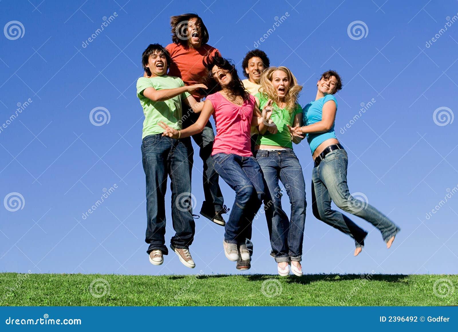 Glückliches Jugendgruppenspringen