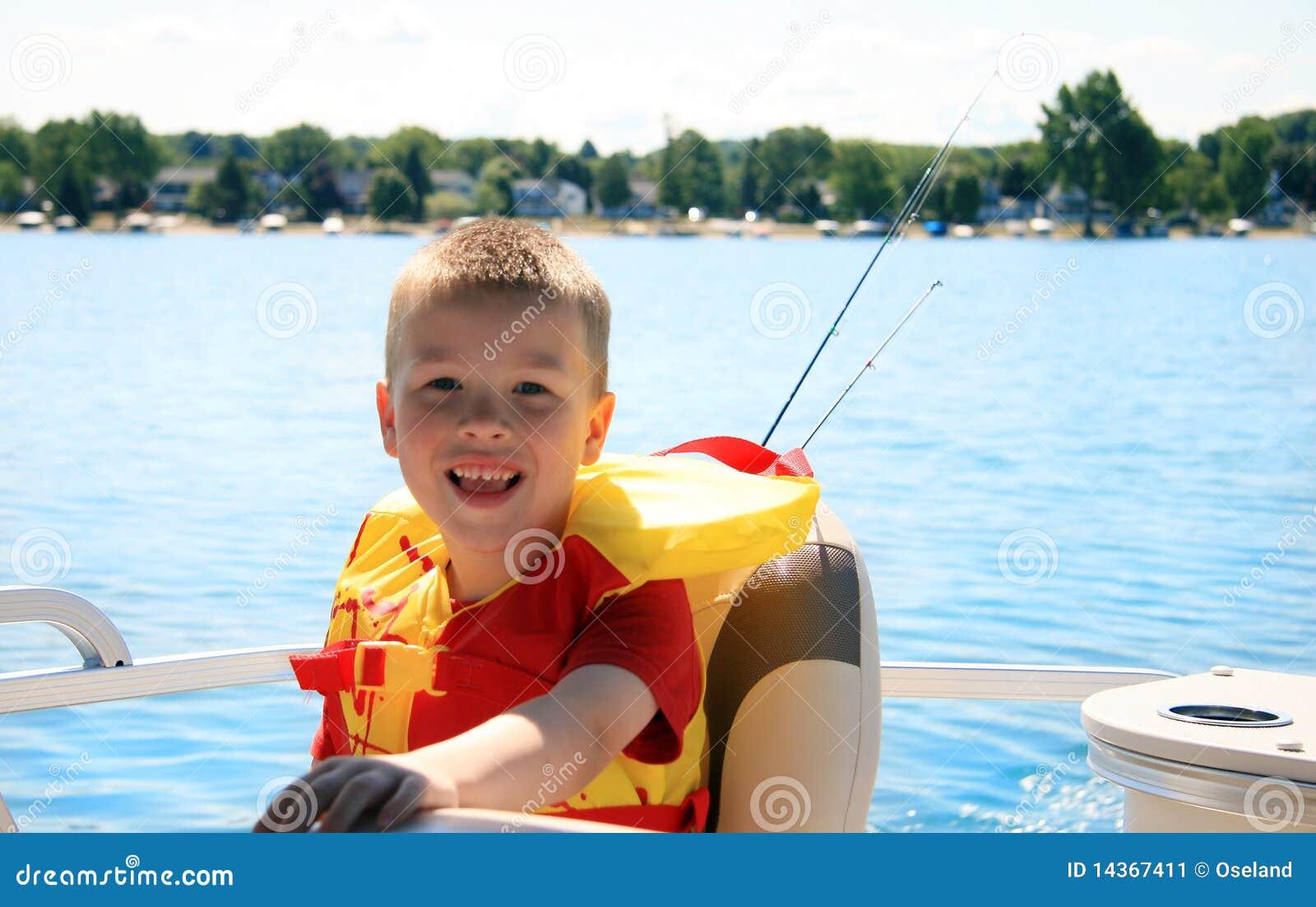 Glückliches Kind auf Boot