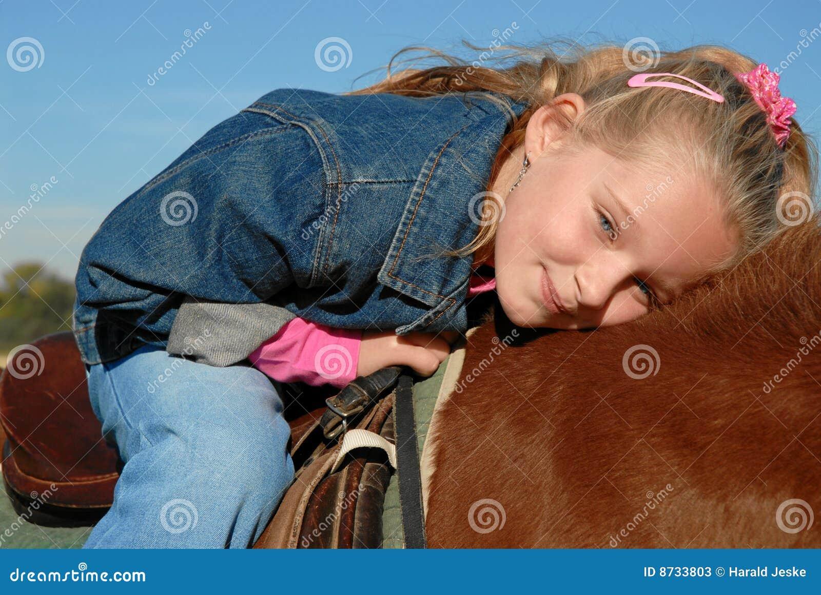 Glückliches Kind auf Pony