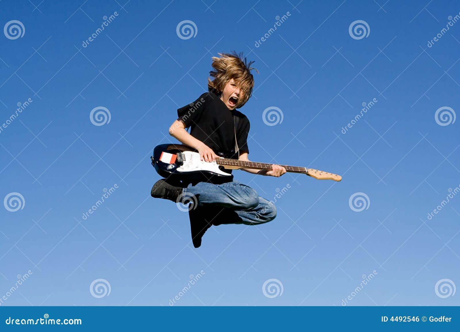 Glückliches Kind, das Gitarre spielt