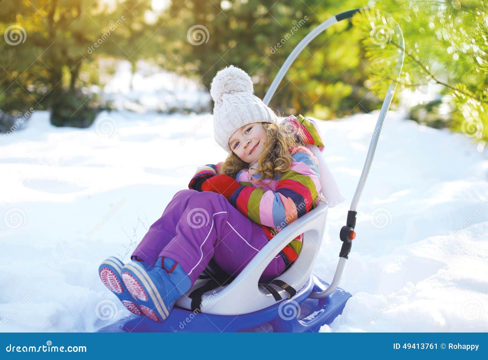 Download Glückliches Kind, Das Im Schlitten Sitzt Stockbild - Bild von kleidung, enjoy: 49413761