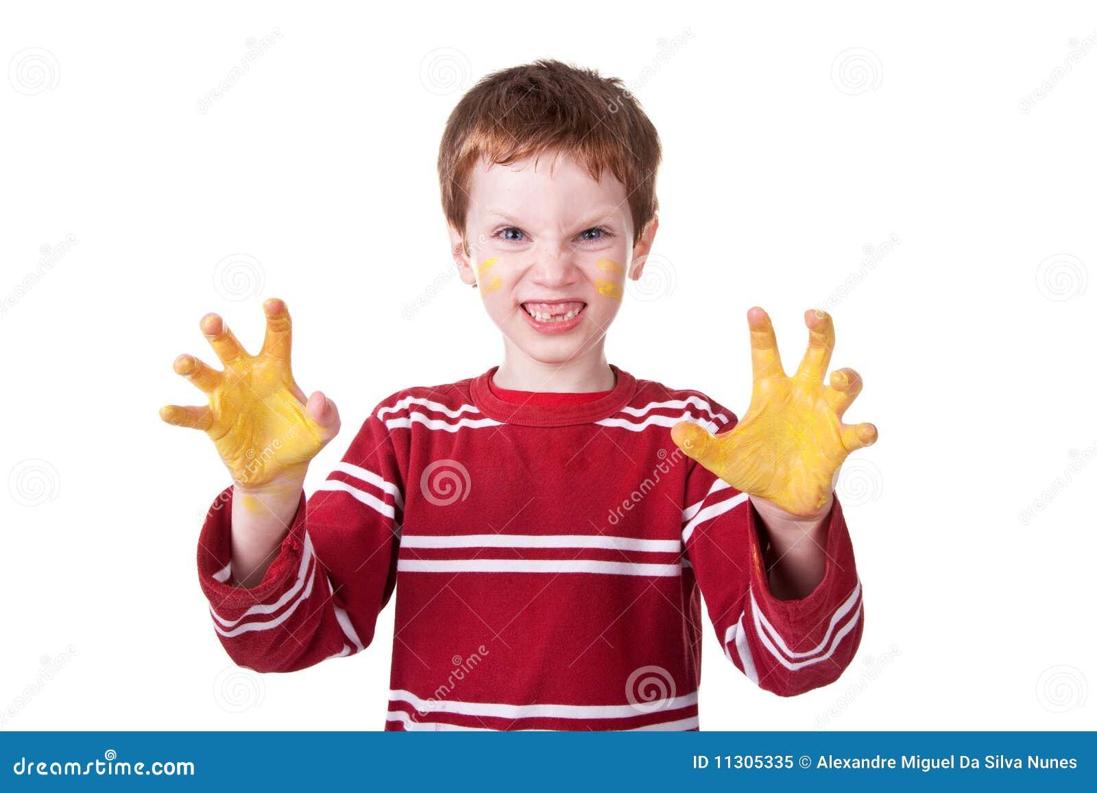 Glückliches Kind, das mit gelbem Lack spielt