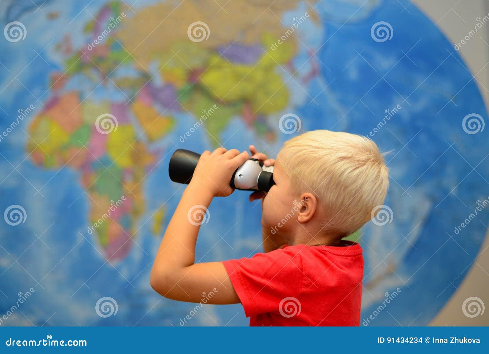 Glückliches kind mit ferngläsern träumen über das reisen reise