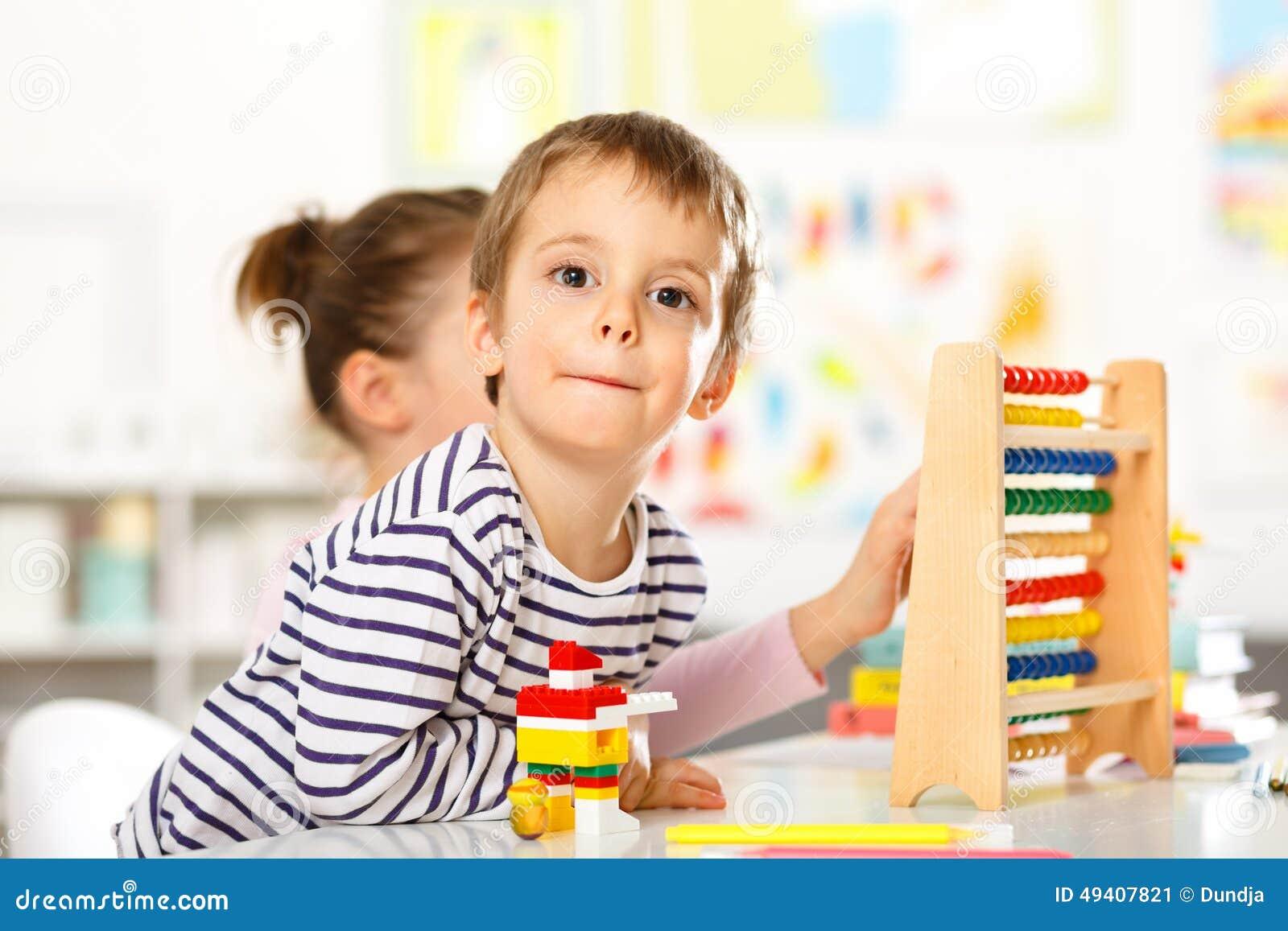 Download Glückliches Kind-Spielen stockbild. Bild von leute, kaukasisch - 49407821