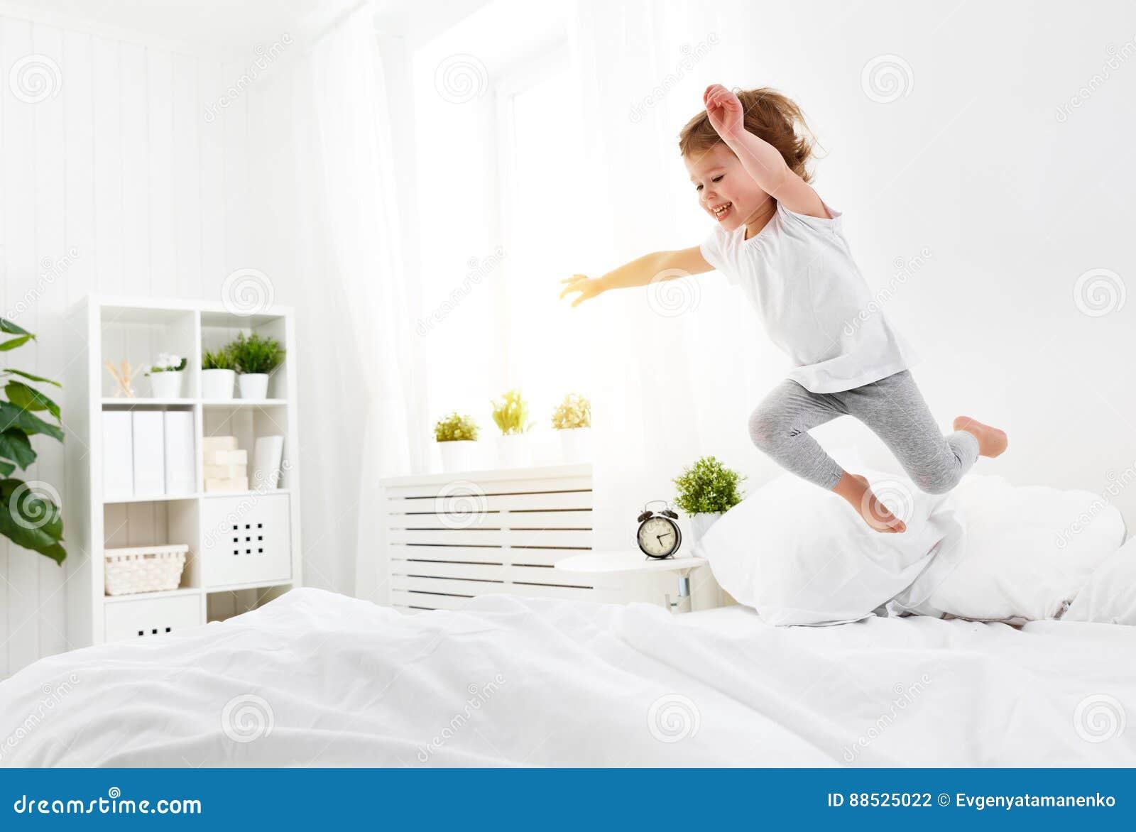 Gluckliches Kindermadchen Springt Und Spielt Bett Stockfoto Bild