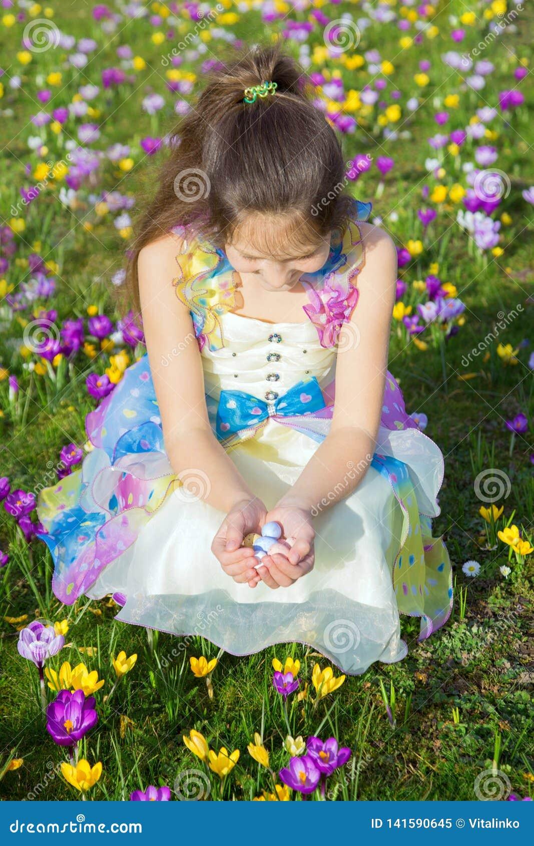 Glückliches Kinderporträt Ostern