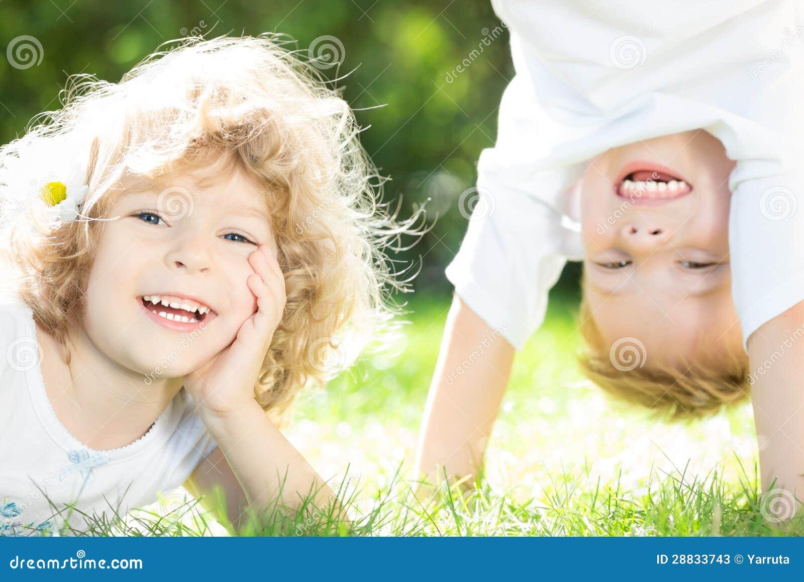 Glückliches Kinderspielen