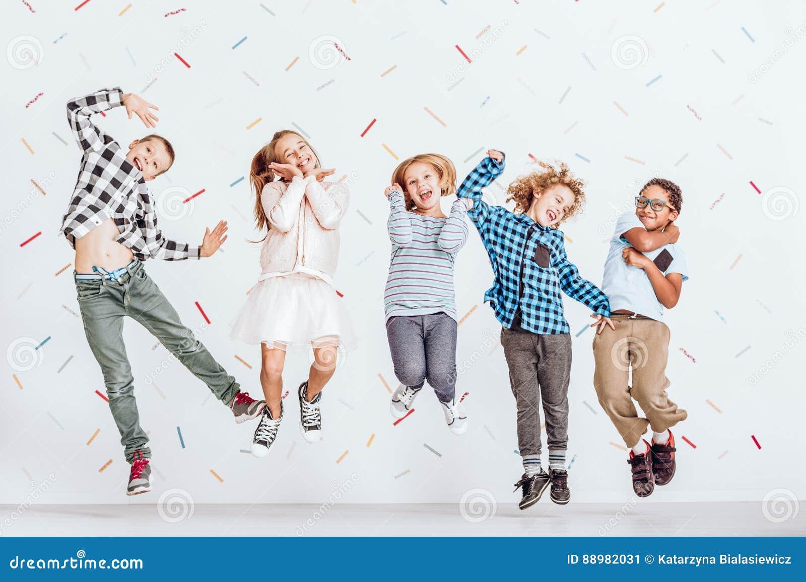 Glückliches Kindspringen