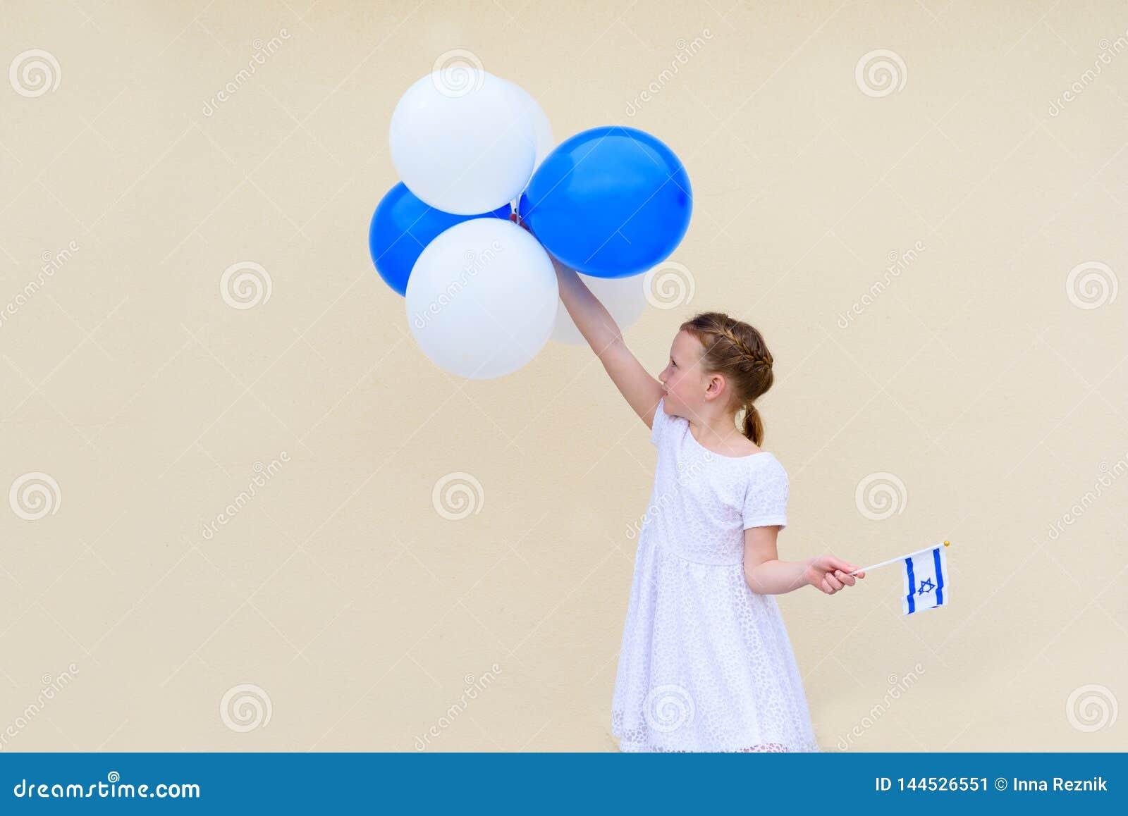 Glückliches kleines Mädchen mit blauer und weißer Flagge Ballonamerikanischen nationalstandards Israel