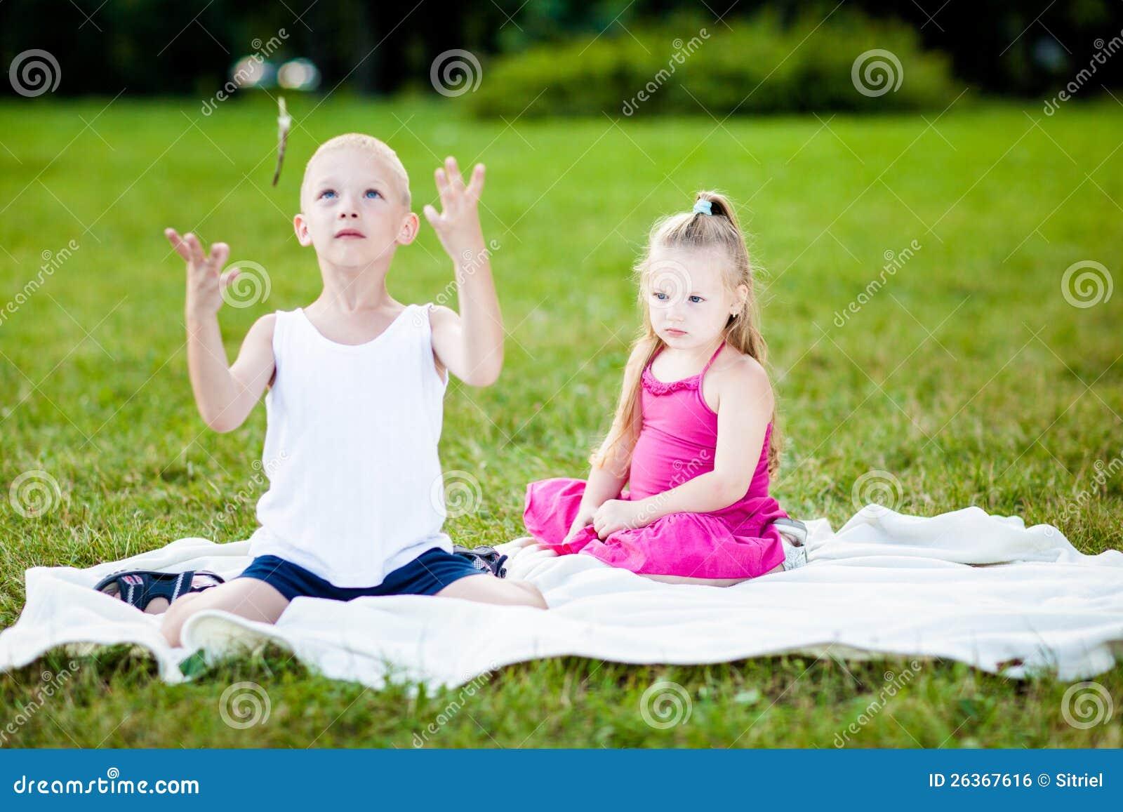 Glückliches kleines Mädchen und Junge in einem Park