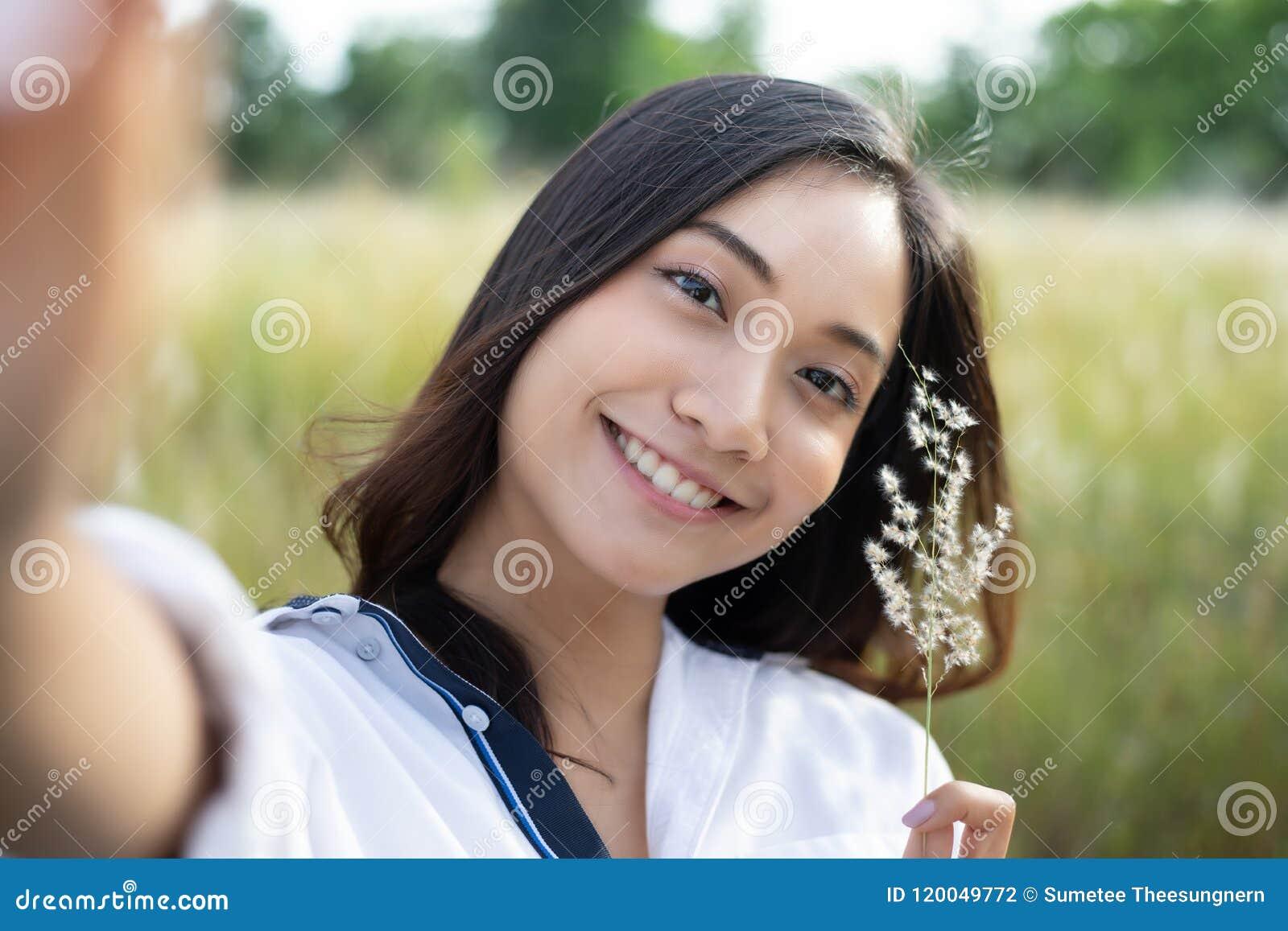 Glückliches Lächeln der Asiatinnen, das Fotos und Selfie auf entspannendem Ti nimmt