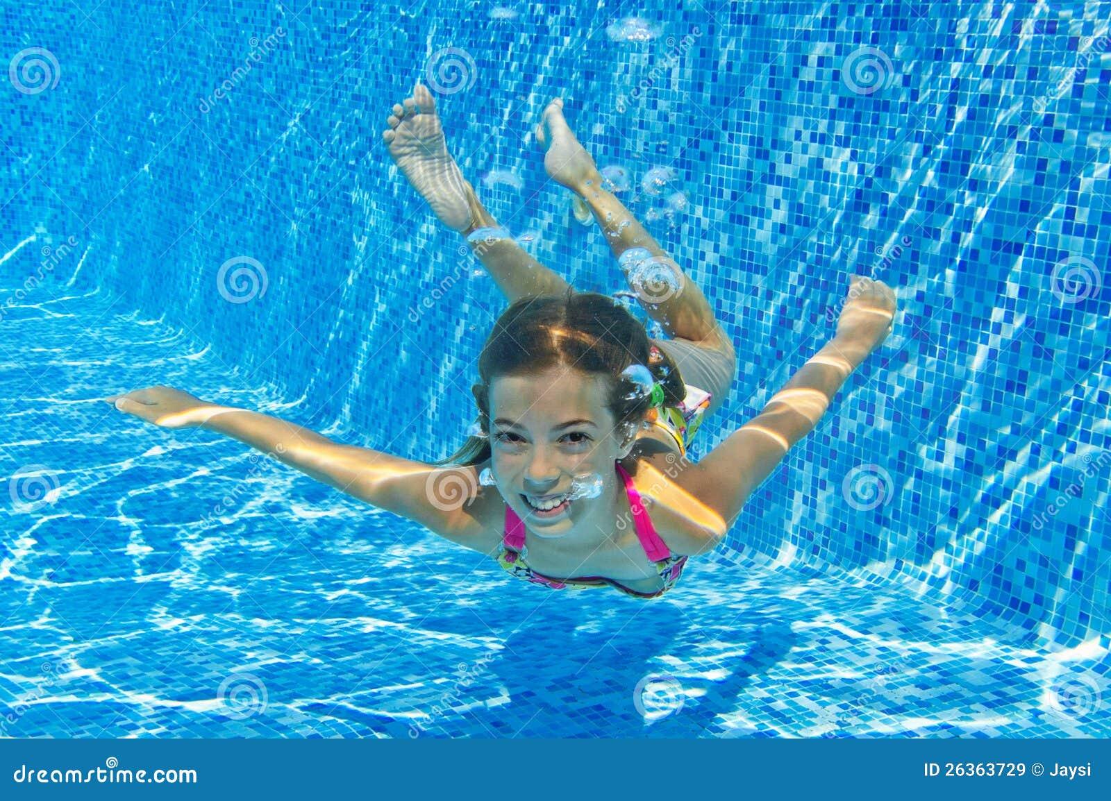 Glückliches lächelndes Unterwasserkind im Swimmingpool