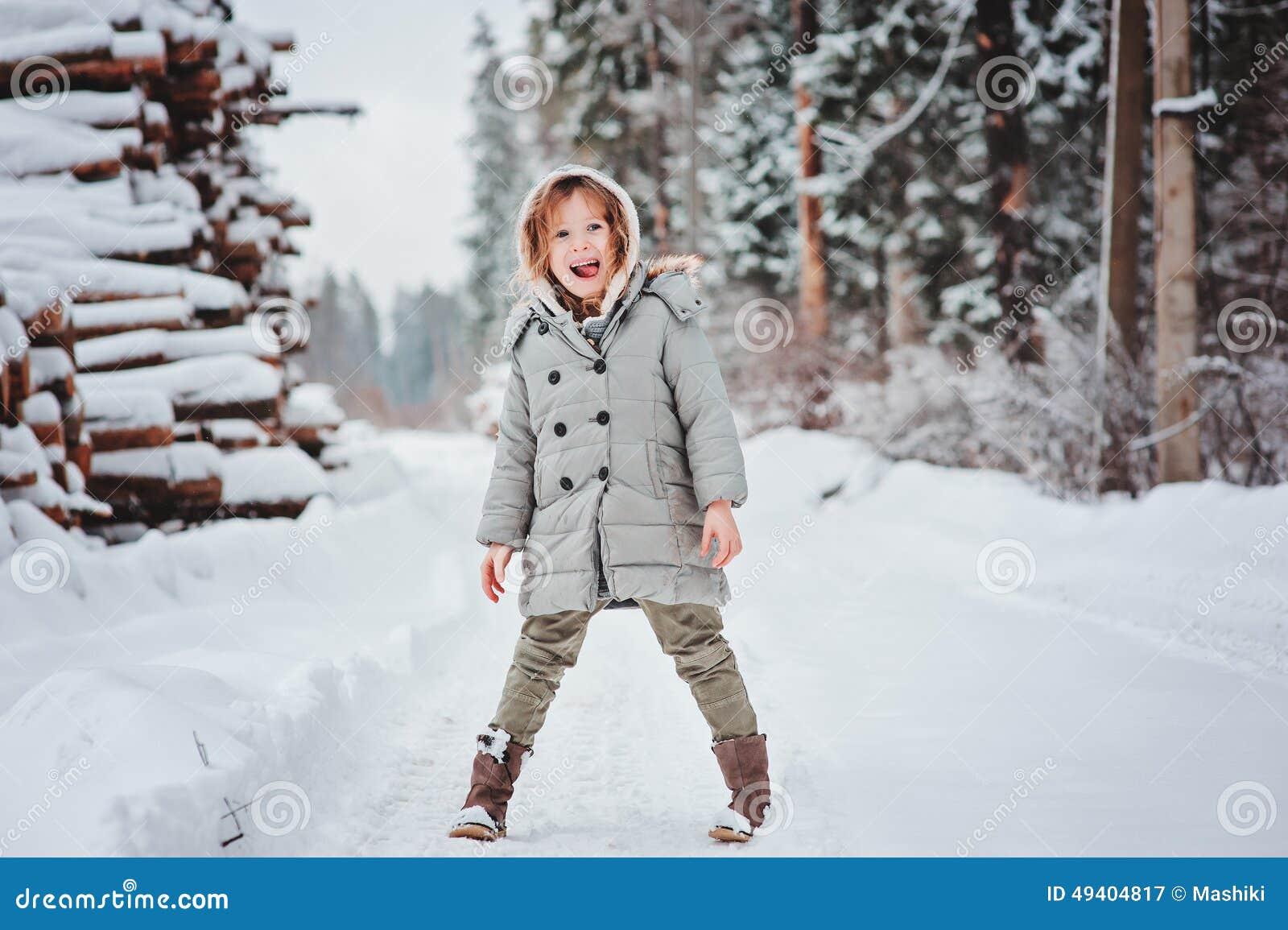 Download Glückliches Lustiges Kindermädchen Auf Dem Weg Im Schneebedeckten Wald Des Winters Stockbild - Bild von jahreszeit, nett: 49404817