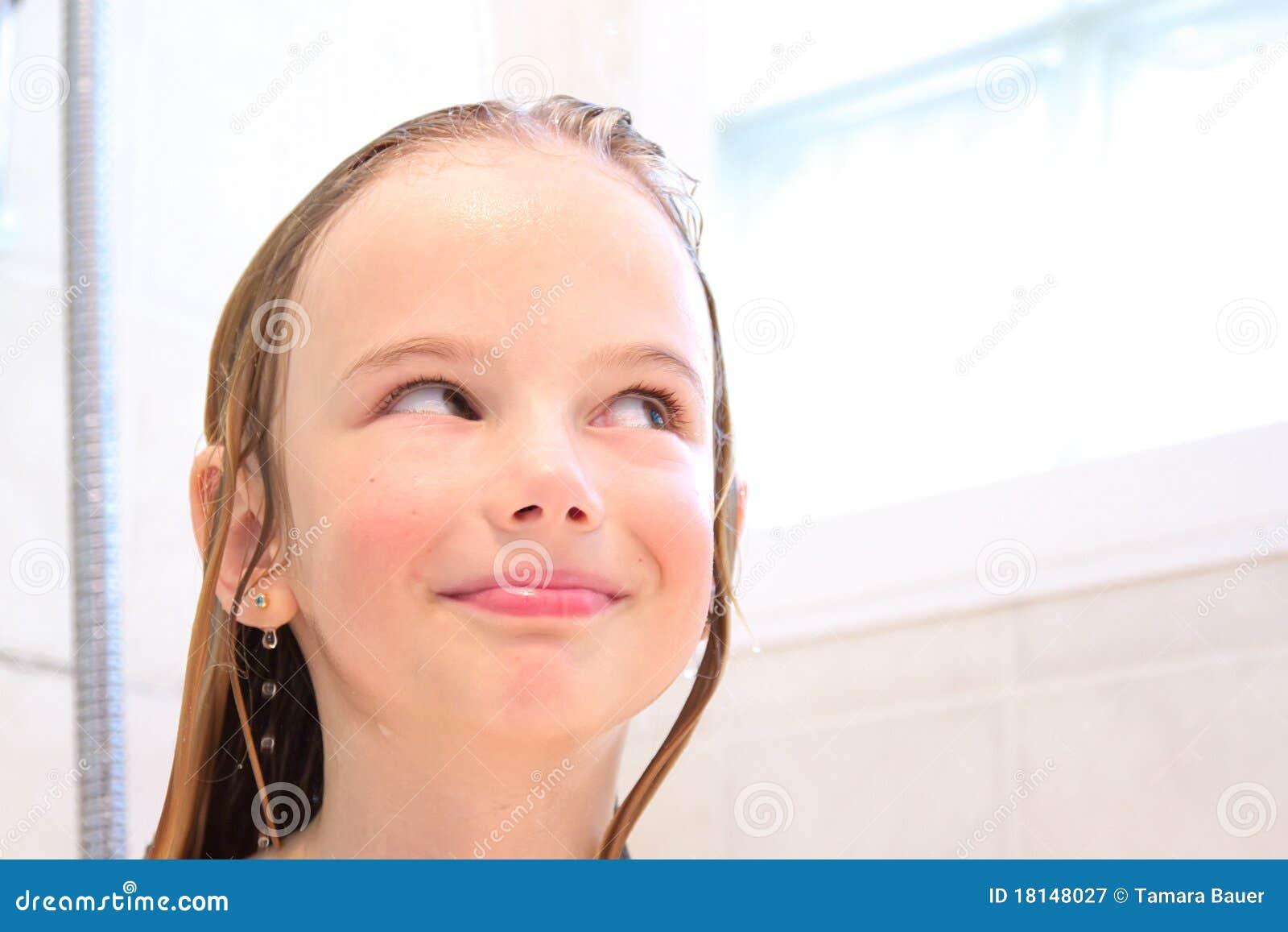 Glückliches Mädchen in der Dusche