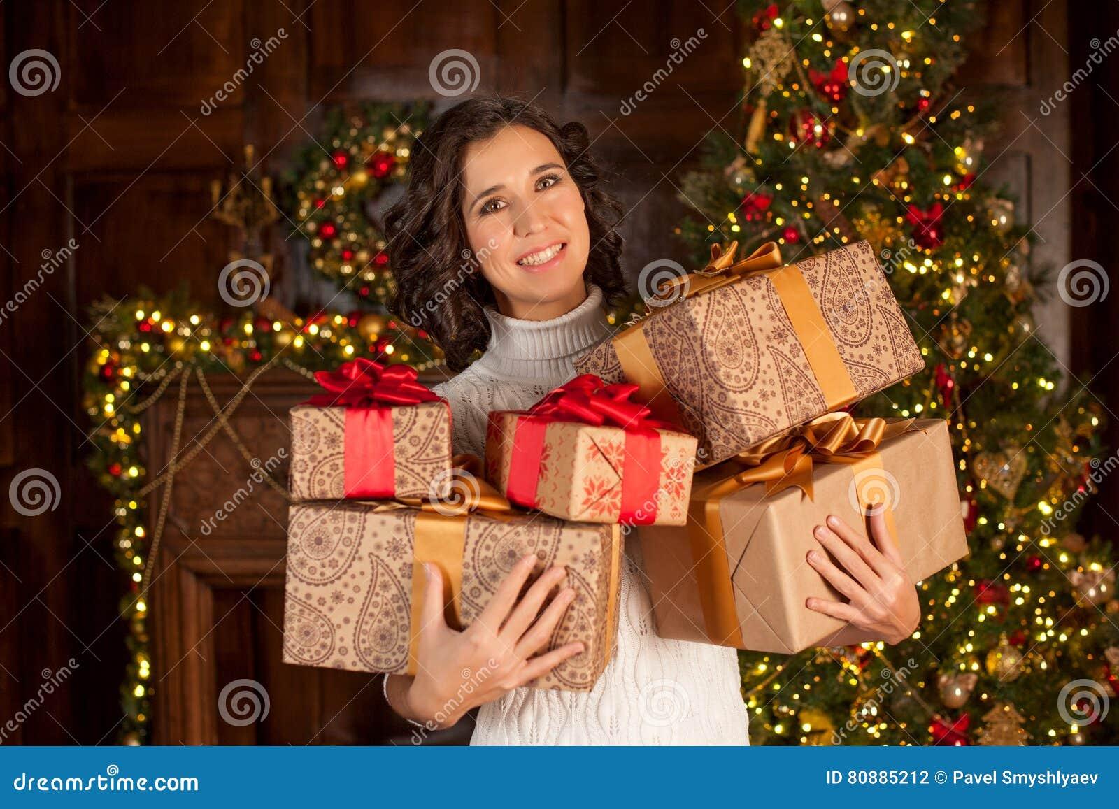Glückliches Mädchen Hält Viele Weihnachtsgeschenke Stockfoto - Bild ...