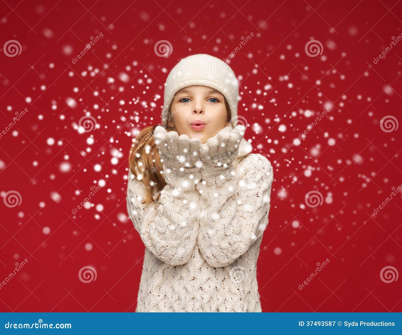 Glückliches Mädchen im Winter kleidet den Schlag auf Palmen