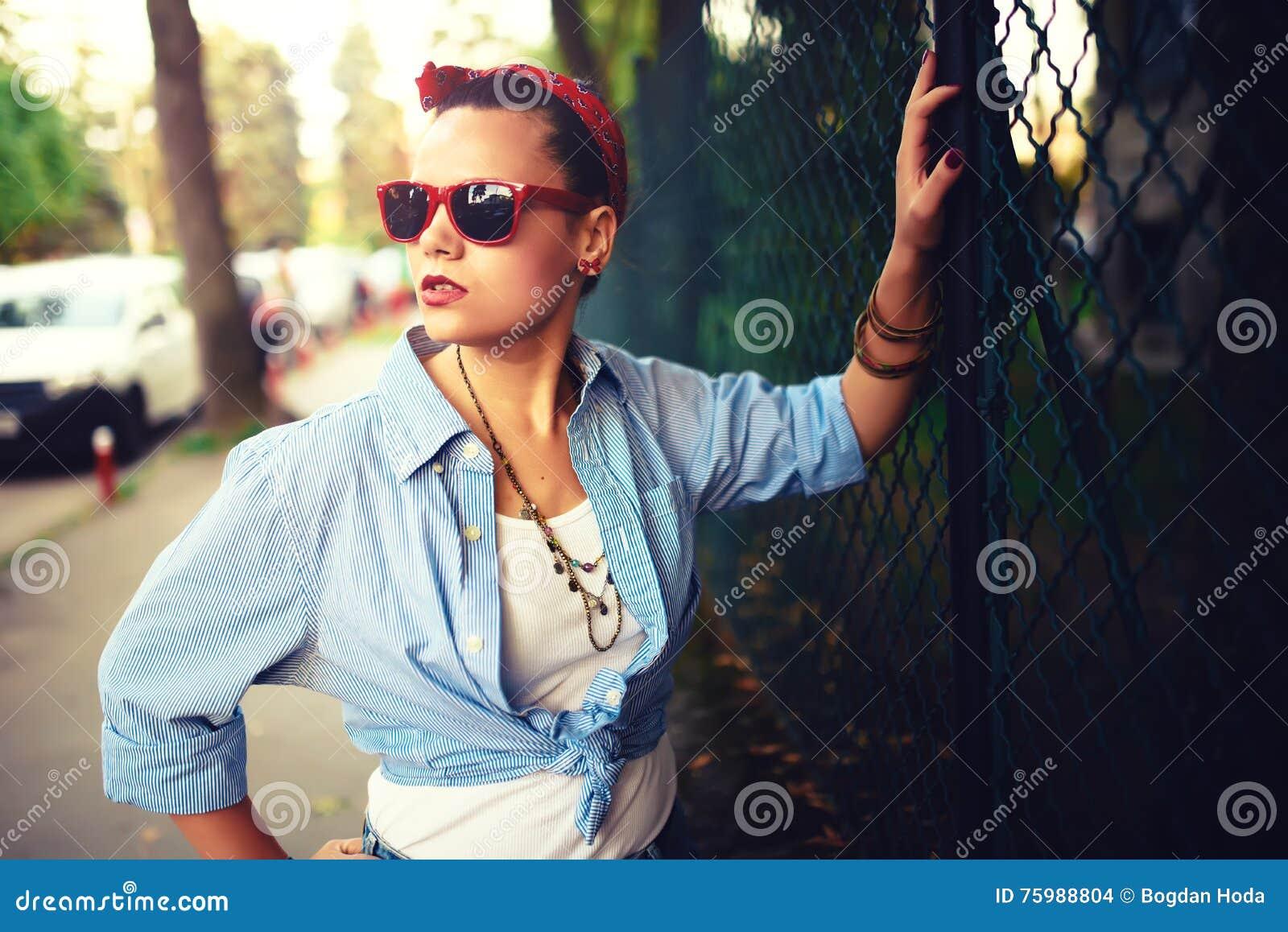 Glückliches Mädchen mit Sonnenbrille auf dem städtischen Hintergrund Junge Fantasie, flippige aktive Leute Draußen Porträt