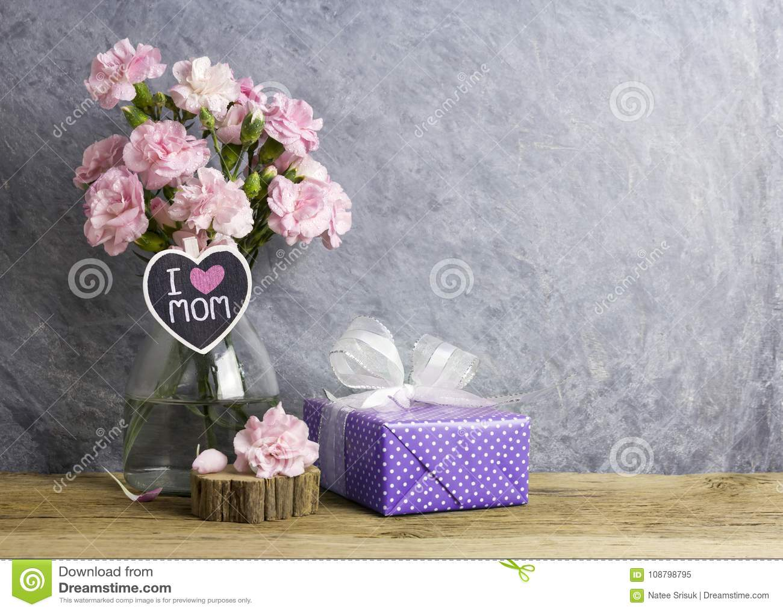 Glückliches Muttertageskonzept der rosa Gartennelke blüht in der Flasche