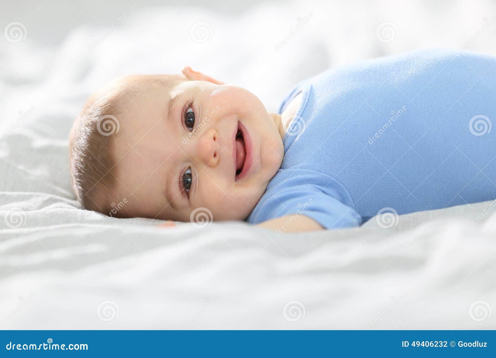 Download Glückliches Nettes Baby, Das Auf Bett Liegt Stockfoto - Bild von lebensstil, schätzchen: 49406232