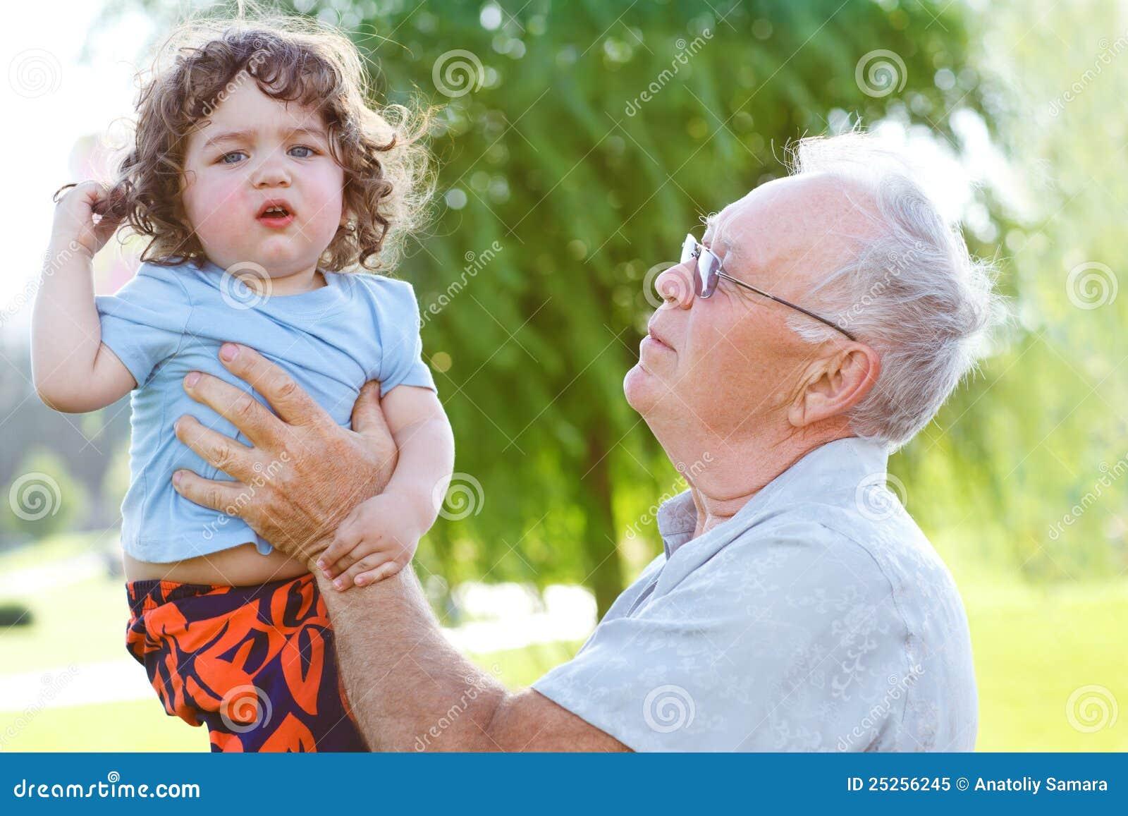 Glückliches Opa mit Enkel