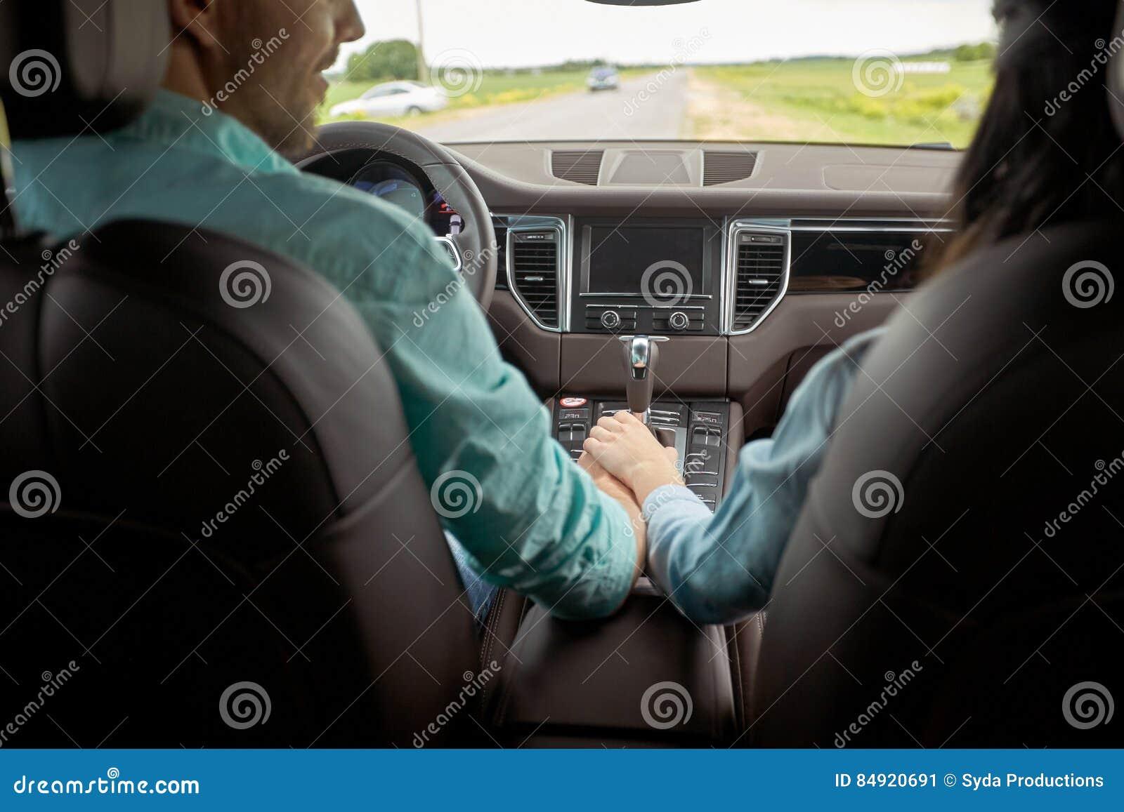 Gluckliches Paar Das In Auto Und In Handchenhalten Fahrt Stockbild