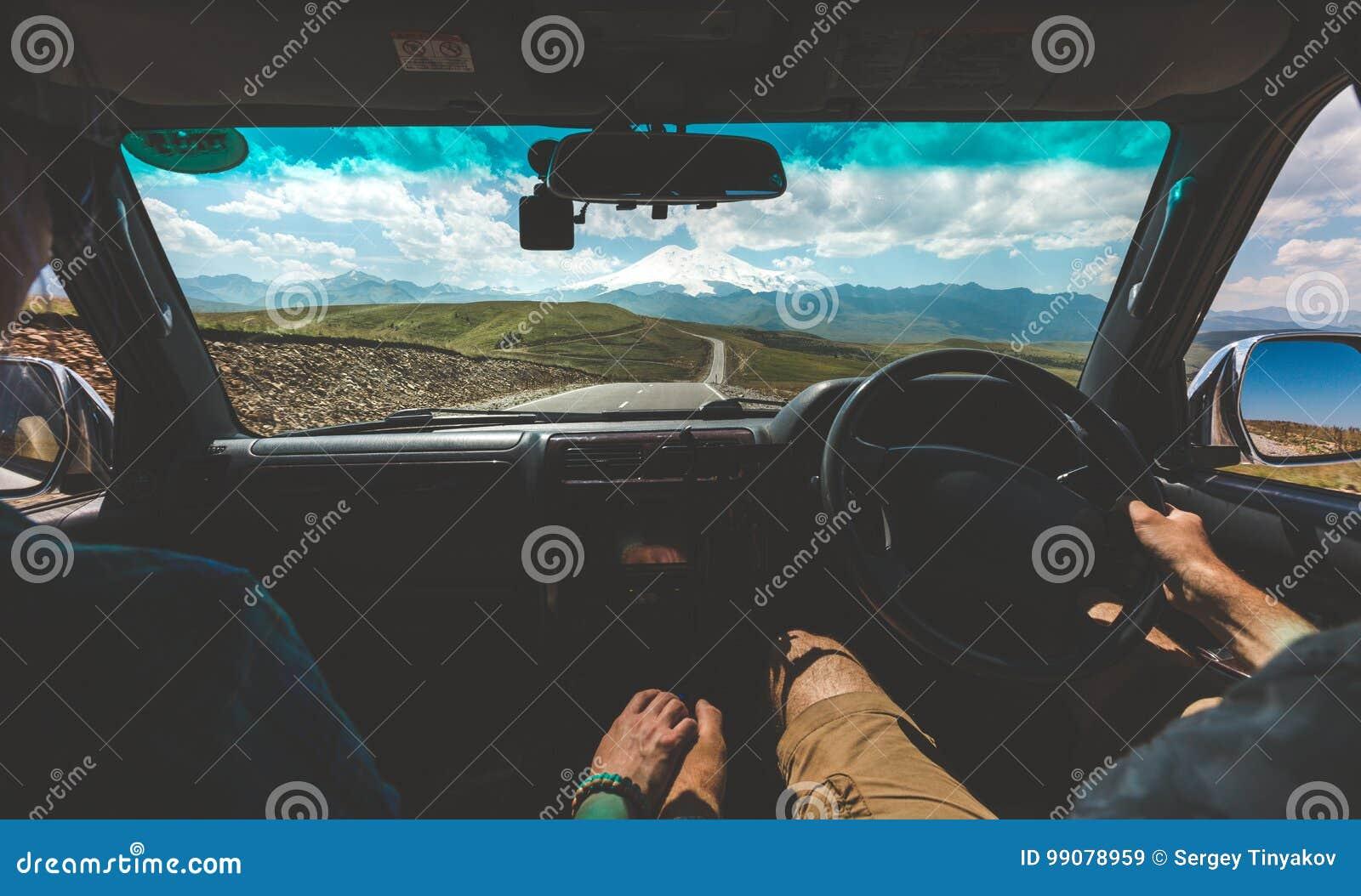 Gluckliches Paar Das In Auto Und In Handchenhalten Hintere Ansicht