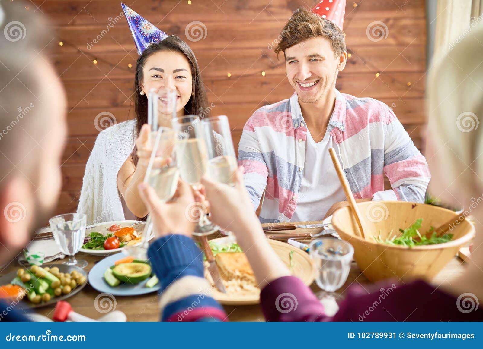 Glückliches Paar, das Geburtstag am Abendessen feiert