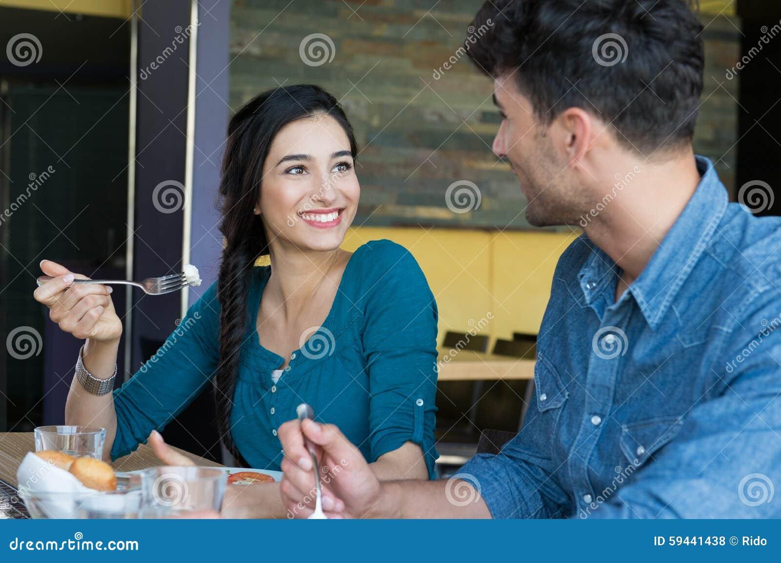 Glückliches Paar, das Mahlzeit hat