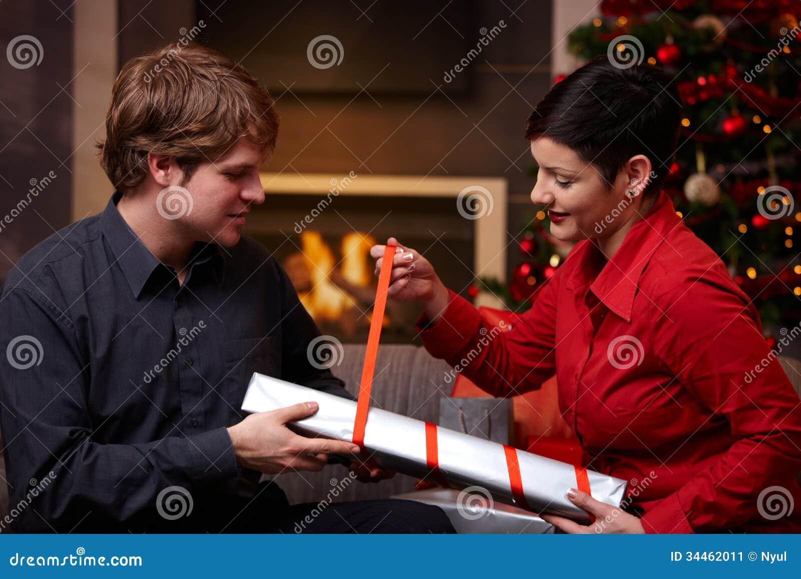 Glückliches Paar, Das Weihnachtsgeschenke Einwickelt Stockbild ...